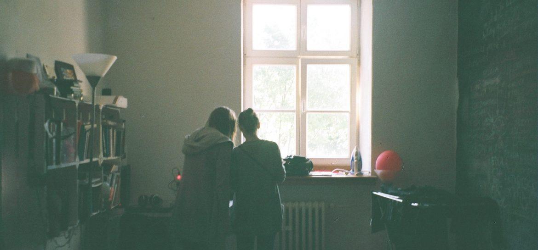 dwie dziewczyny zastnawiaja sie czy tekst jest wart przeczytania
